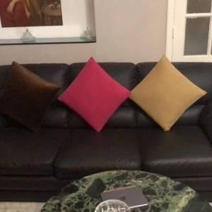 Beja-maison_et_jardin-Salon-5-pièce-cuir-couleur-maron-foncé-avec-table